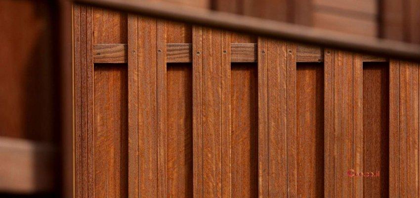 גדרות מעץ מסביב לחצר